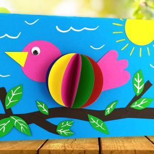 Aujourd'hui découvrez un collage printanier facile qui permettra aux enfants de s'occuper à la maison en créant de jolis oiseaux en 3D.  Tout ce dont vous aurez besoin pour cette activité : du papier, une paire de ciseau et un stick de colle !