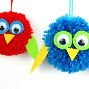 Aujourd'hui on vous présente une activité facile à faire avec les enfants !    Pour fabriquer ces petits oiseaux mignons et colorés rien de plus simple : nous allons utiliser un peu de laine, un outil à fabriquer les pompons (rapide et effi