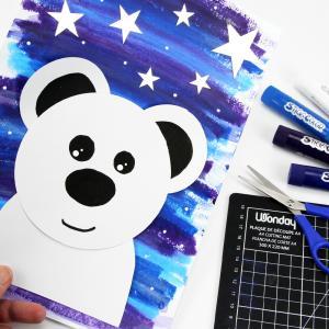 Voilà un bricolage hivernal mignon et facile pour les enfants !    Avec quelques feuilles de papier blanc et des bâtons de gouache solide nous allons créer un sublime tableau dont le personnage principal est un ours polaire mignon, un animal symb