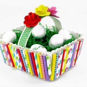 Découvrez une activité de Pâques originale qui permettra aux enfants de fabriquer des jolis paniers décoratifs dans lesquels ils pourront y déposer des oeufs !    Pour cela nous utiliserons des pailles en carton, que nous découperons et coller