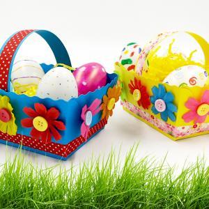 Découvrez une activité de Pâques facile au cours de laquelle les enfants devront assembler puis décorer des petits paniers à l'aide de fleurs, de boutons et de jolis rubans. Ils s'amuseront également à décorer des oeufs en plastique afin de créer