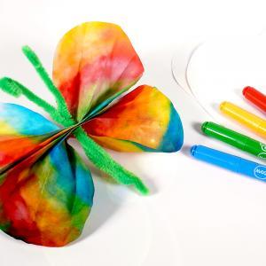 """Dans ce nouveau bricolage les enfants apprendront à fabriquer des jolis papillons avec du papier diffuseur. Grâce à ce papier diffuseur, des feutres et un peu d'eau nous allons obtenir de superbes mélanges de couleurs dans l'esprit """"tie and dy"""
