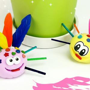 Découvrez une activité amusante qui permettra aux enfants de fabriquer des petites bébêtes rigolotes en utilisant de la pâte à modeler.    Un bricolage idéal pour développer la motricité fine car les enfants devront planter différents accessoires (pl