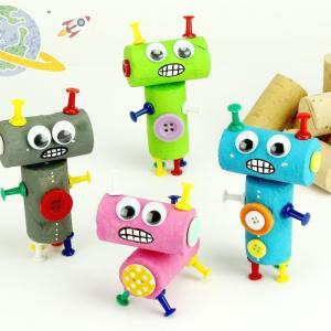 Découvrez un bricolage facile qui permettra aux enfants de s'amuser pendant des heures à fabriquer des petits robots mignons.    Une activité créative dans l'esprit récup qui ne nécessite que des bouchons de liège, des punaises et un peu de p