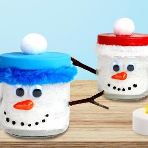Dans cette activité créative, nous allons utiliser un pot en verre, de la poudre de neige et une bougie électrique afin de créer un splendide photophore bonhomme de neige.    Cette activité de Noël facile et originale pourra être réalisée p