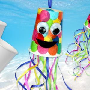 Faites découvrir à vos enfants le vernis-collage en fabriquant cette petite pieuvre multicolore !    Lors de cette activité d'été , les enfants apprendront à fabriquer une jolie pieuvre en utilisant des gobelets en carton, du papier de soie, du v