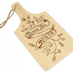 Pour la fête des papas, offrez une planche à découper unique et personnalisée puisque c'est vous même qui allez la graver avec un pyrograveur !  Un cadeau pratique et utile pour cuisiner ou tout simplement présenter un apéritif !