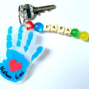 Pour la fête des pères, les enfants vont pouvoir immortaliser leurs empreintes et les transformer en jolis porte-clés grâce au plastique magique et un peu de peinture !    Ajoutez quelques perles à cela afin d'obtenir un cadeau personnalisé et pl