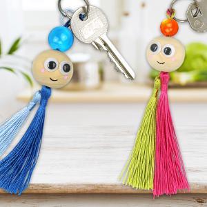 Avec quelques accessoires vous allez pouvoir fabriquer de charmants petits personnages à accrocher à vos clés. Un activité créative facile, originale et économique !