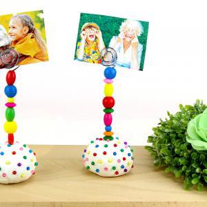 Découvrez une activité créative super facile qui permettra aux enfants de fabriquer des porte-photos colorés avec de la pâte à modeler, des perles en bois ! Les plus jeunes pourront également développer leur motricité fine au cours de cette activ