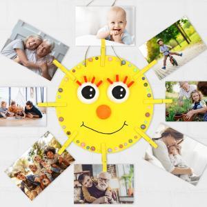 Dans cette activité manuelle, nous allons vous apprendre à réaliser un porte-photo soleil ! Une activité accessible dés le plus jeune âge basée sur le collage et la peinture.    Vous pourrez ensuite accrocher toutes vos photos de famille autour de ce