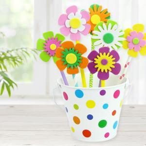 Pour cette activité les enfants utiliseront un seau, des gommettes, des pailles en carton et des fleurs en caoutchouc afin de fabriquer un magnifique pot de fleurs.    Ce pot de fleurs fera une jolie décoration pour la maison, mais il pourra égalemen