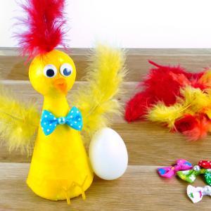Dans cette activité manuelle de Pâques, nous allons fabriquer une poule trop mignonne avec son oeuf !    Au cours de ce bricolage facile, les enfants vont découvrir une alternative créative à la peinture, la technique du vernis-collage !