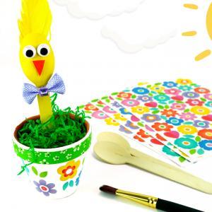 Découvrez une activité créative de Pâques facile et amusante qui va plaire aux enfants !    Grâce à des pots en terre cuite, des petites cuillères en bois, de la peinture et plein de jolis accessoires colorés les enfants prendront plaisir à