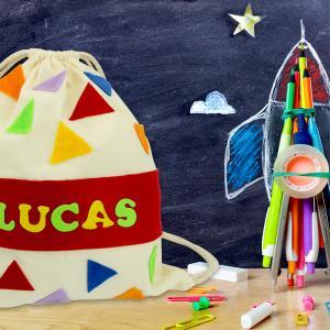 Aujourd'hui vous allez découvrir une activité facile qui permettra aux enfants de décorer un joli sac à dos en coton.  Découpage et collage sont au programme afin de personnaliser ce joli sac coloré qui pourra être utilisé par les enfants pour aller