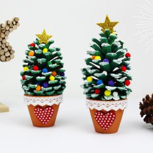 Découvrez une super activité de Noël qui permettra aux enfants de fabriquer de jolis sapins miniatures avec des pommes de pins et des petits pots en terre cuite.    Un bricolage créatif facile et original !