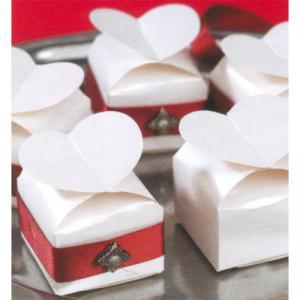 Set cde 12 boîtes à dragées en carte blanche nacrée et fermeture en forme de cœur.Contenance : une dizaine de dragéesCette boîte est idéale pour organiser un mariage, un baptême ou tout autre événement familial...IDEE DECO : Coller sur les côtés du ruba