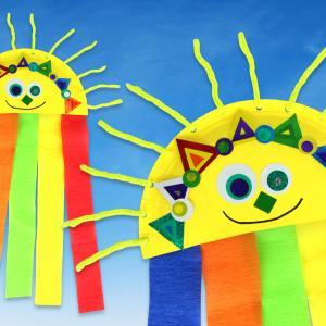 Découvrez une activité manuelle facile qui vous permettra d'occuper les enfants à la maison!    Avec une assiette en carton, des bandes de papier crépon, des gommettes et des chenilles les enfants fabriqueront des soleils trop mignons pour