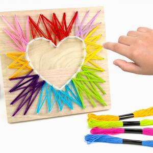 Voilà une belle activité créative à faire avec les enfants dès l'âge de 8 ans.    Le string art vous connaissez? Il s'agit d'une activité consistant à tendre du fil entre des clous plantés sur un support en bois afin de réali