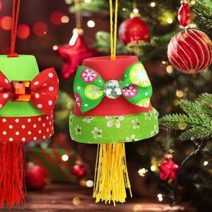 Découvrez une astuce qui permettra aux enfants de fabriquer des jolies suspensions pour le sapin de Noël grâce à des pots en terre cuite et des accessoires plein de couleurs.    Une activité de Noël facile pour les enfants dès l'âge de 5 ans !