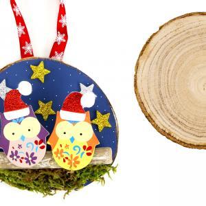 Voilà une jolie suspension à fabriquer soi-même pour décorer le sapin de Noël !    Facile, il suffira de peindre une tranche de bois avec de la peinture acrylique puis coller des jolis accessoires à l'aide d'un pistolet à colle (hibou