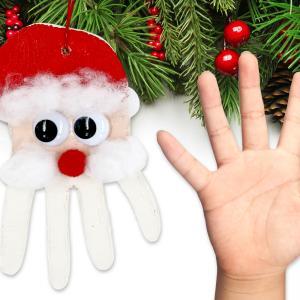 Grâce à de la pâte à modeler et à l'empreinte de main des enfants nous allons fabriquer un père Noël original à accrocher dans le sapin !    Une activité de Noël facile qui va plaire aux enfants !