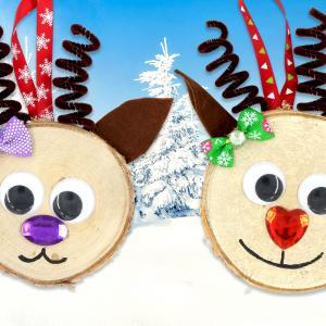 Dans cette activité créative de Noël nous allons fabriquer de jolies suspensions pour le sapin grâce à des tranches de bois !    Décorées avec de la feutrine, des chenilles, des strass et quelques accessoires ces tranches de bois deviendront