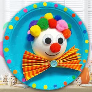 Avec du matériel simple nous allons fabriquer aujourd'hui un tableau clown en 3D. Alors sortez les assiettes en carton, les pompons, les gommettes et c'est parti !    Lors de cette activité les enfants pourront apprendre à manipuler le pistol