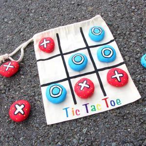 Dans ce nouveau tutoriel, nous allons vous apprendre à fabriquer facilement un jeu TIC TAC TOE aussi appelé jeu du morpion !   Pratique, la pochette refermable fait aussi office de plateau de jeu ! Les enfants pourront ainsi facilement ranger le jeu et