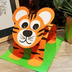 Avec quelques feuilles de papier nous allons aujourd'hui vous montrer comment fabriquer un tigre en 3D.    Une activité facile et amusante que tous les enfants pourront réaliser à la maison !
