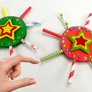 Nous revoilà avec une idée créative facile et originale qui vous permettra de fabriquer des étoiles étincelantes à accrocher dans le sapin de Noël. Ce petit bricolage mêlant découpage et collage pourra être réalisé avec des enfants à partir de 5 ans. Alor
