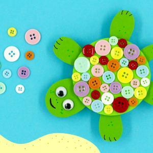 Découvrez une activité manuelle pour les enfants, facile et amusante, qui permettra de fabriquer des jolies tortues en utilisant un support rond en bois, du papier et des boutons !
