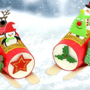 Voilà une activité qui va amuser les enfants !    Avec du matériel simple nous allons transformer des gobelets en carton en traîneaux pilotés par des petits personnages de Noël rigolos.  Un bricolage créatif facile à faire avec les enfants