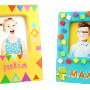 Retrouvez ci-dessous tout le matériel qui permettra aux enfants de décorer des jolis cadres comme sur la photo ci-contre.    Ces cadres plein de couleurs feront de jolis cadeaux à offrir pour la fête des parents !