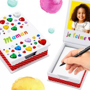Voilà une super activité à faire avec les enfants pour la fête des mères.  A partir d'une simple boîte à notes blanche les enfants obtiendront une boîte étincelante en collant simplement des strass, une photo et des jolis accessoires.    Un cad