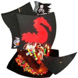 Bateau pirate : idée facile pour transformer un gâteau en bateau des pirates des Caraïbes. Les modèles de voiles et de pirates du bateau sont à imprimer, à assembler et à planter su