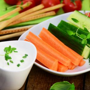 Bâtonnets de carotte à tremper dans sa sauce au fromage. Une idée snack ou buffet à préparer avec les enfants.