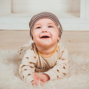 Bébé - mot du glossaire Tête à modeler. Un bébé est un très jeune enfant. Dossier sur le bébé