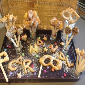 Des beignets en lettres, en étoiles pour un buffet de carnaval