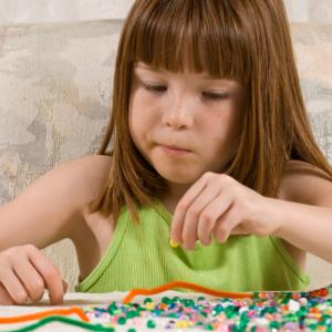 Bijoux fete des meres : les bijoux sont toujours une bonne idée de cadeau pour faire plaisir à maman. Retrouvez tous nos jolis bijoux à fabriquer avec les enfants. Bagues, colliers, bracelets en perles, en fil ou en bois, vous avez l'embarras du choix.
