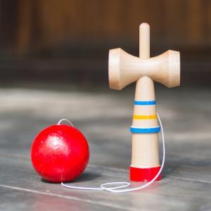 bilboquet - mot du glossaire Tête à modeler. Un bilboquet est un jeu d'adresse  composé de trois parties : un manche en bois , une ficelle et une boule avec un trou . Définition et activités