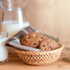 Une recette de biscuit chocolat expresse. La recette des biscuits à la chocolat est parfaite pour cuisiner avec les enfants le mercredi, le week-end ou pendant les vacances. Les biscuits chocolat sont parfaits comme petit four sucré.