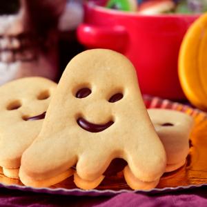 Vous cherchez une recette de biscuit Halloween ? Suivez cette recette afin de pouvoir réaliser ces biscuits fantomatiques d'Halloween qui seront délicieux. Validé par les petites et grands monstres pour Halloween