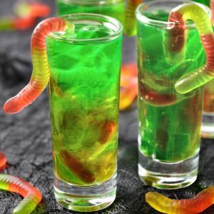 Découvrez la recette cocktail d'Halloween du verre vert aux vers. Une recette géniale et parfaite pour Halloween ! Vos invités n'en reviendront pas et seront tous étonnés ! Super rapide, il faut absolument la tester pour Halloween !