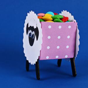 Découvrer comment fabriquer une boite à bonbons pour les enfants. Ici, c'est un petit mouton qui tient les bonbons. Ce joli petit mouton en papier vous permettra de ranger vos bonbons ou vos petits oeufs de Pâques de manière très mignonne. C'est une activ