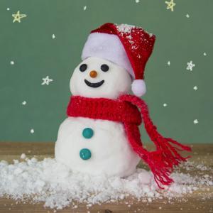 Activité de modelage pour réaliser un bonhomme de neige en pâte à sel. Les petits bonhommes de neige pourront être placés sous le sapin de Noël ou sur un rebord de fenêtre.