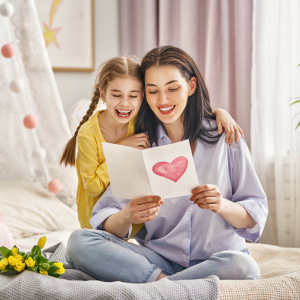 """Souhaitez """"bonne fête maman"""" avec nos jolis textes de la fête des mères. Des petits textes à envoyer par message où à inscrire sur une carte de fête des mères. Grace a ces idées de textes gratuits, vous pourrez trouver de nombreuses manières de dire bonne"""