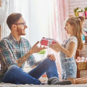 Bonne fête papa ! Retrouvez des textes originaux pour souhaiter une bonne Fête des pères à tous les papas ! Avec ces idées de textes gratuits, vous pourrez trouver de nombreuses manières de souhaiter une Joyeuses Fête des pères.