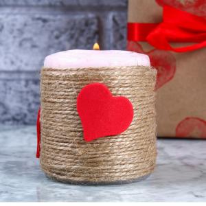 La bougie de Saint Valentin est une idée cadeau à offrir à quelqu'un qu'on aime. C'est aussi une bonne idée de déco pour une table de fêtes