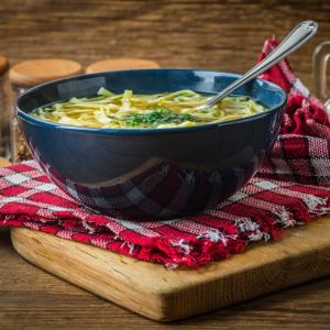 Une recette toute simple pour les dîners légers et économiques. Le bouillon de poulet est agrémenté de petites pâtes à potage ce qui en fait un bouillon spécialement ada